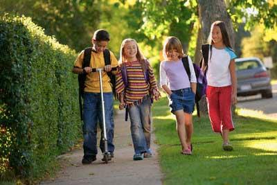Na putu od škole do kuće krećite se van kolovoza.